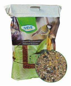 En fullgod lyxblandning utan hela korn. Praktisk påse med handtag. Innehåll: Krossat korn, milo, krossad majs, strimmigt solrosfrö, gul hirs, spenat, fröblandning, skalade jordnötter.