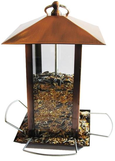 Stilren foderautomat till viltfågelblandningar, gjord av koppar. Kan hängas upp. Mått: 14x14x22 cm