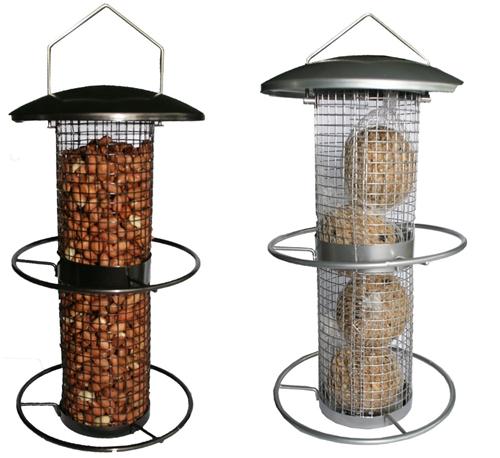 Foderautomat till nötter eller talgbollar. Svarta eller grå metall. Kan hängas upp. Material: Metall. Mått: 26 cm