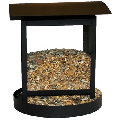 Smart fodersilo till viltfågelblandningar. Material: Svart metall. Kan hängas upp i vajer. Mått: 16x16x18 cm