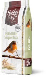 SUPERLUX är ett foder som riktar sig till alla vilda fåglar. Fodret består av en läcker blandning av olika fröer och frukter. Det är en riktig festmåltid för vildfåglarna i området.