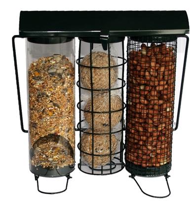 Foderautomat med behållare till både talgbollar, viltfågelblandning och nötter. Material: Metall. Kan hängas upp. Mått: 23x9x23 cm